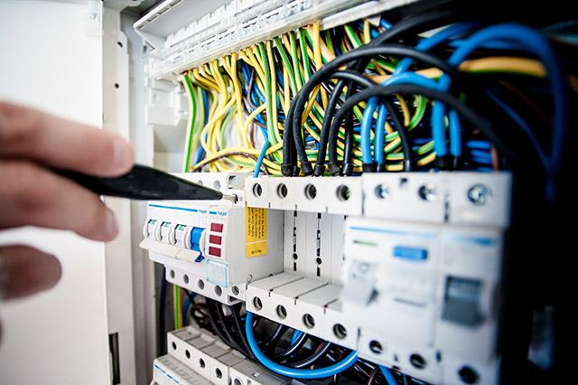 Überprüfung und Elektroinstallation von Stromverteilerkasten
